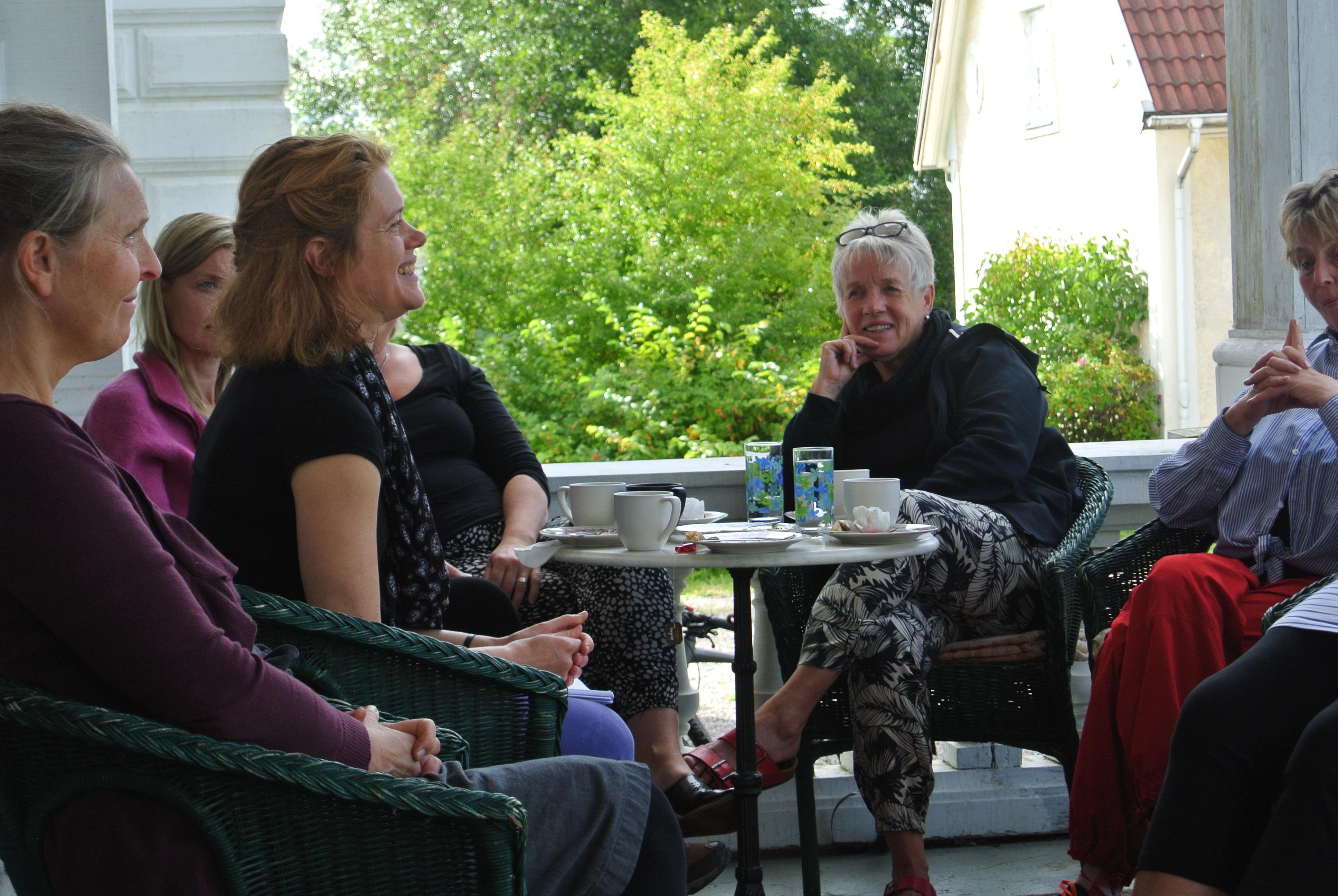 Elisabeth berättar om kursen på Jädersbruks herrgårds veranda 4